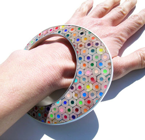 Gioielli fatti di matite colorate