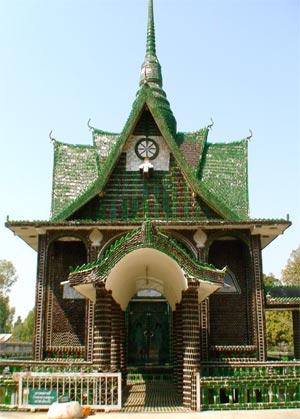 Thailandia, tempio costruito con bottiglie riusate
